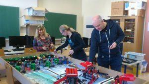 Das fleißige Team beim Sortieren der Lego Aufbauten